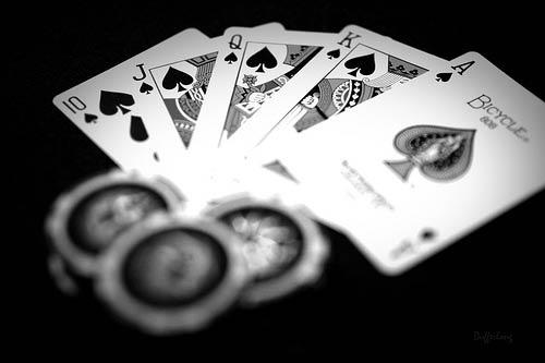 Nhân viên chia bài trong trò chơi poker